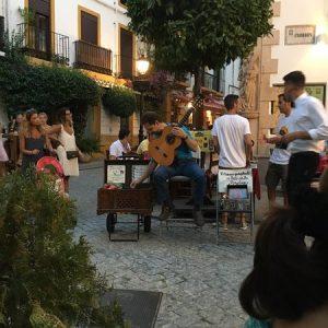 Écouter de la bonne musique dans la rue à Marbella