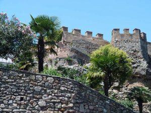 Prendre des photos sur les bords du château de Marbella