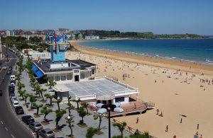 Prendre un bain-de-soleil sur la plage d'El Sardinero à Santander