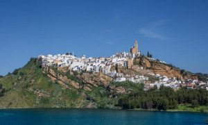 Iznajar village à andalousie
